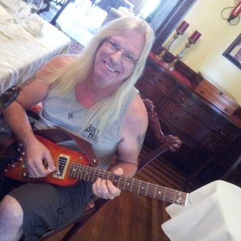 Ramblin on a STROBEL travel guitar at breakfast