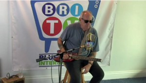 Jimmy Thackery Demos a Strobel Rambler Travel Guitar